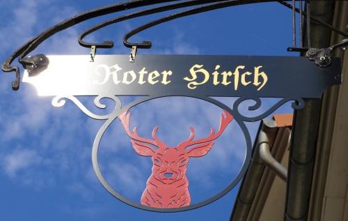 """zu erkennen auch am alten Schild, ehem. """"Rote Hirsch""""..."""